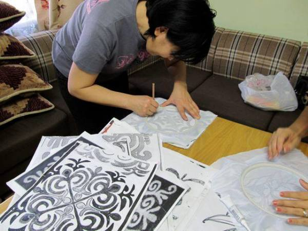 Kyrgyz artisan practicing making patterns
