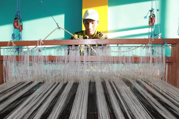 Peruvian artisan weaving on the loom